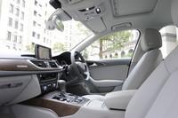 乗員を包み込むようにデザインされたインテリア。HDDナビゲーションシステムやMMI(マルチメディアインターフェイス)などの快適装備が標準で与えられる。写真は、チタニウムグレー内装のもの。