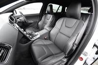 「R-DESIGN」専用となる、本革/パーフォレーテッドレザーのコンビシート。運転席、助手席ともに8ウェイの電動調節機構が備わる。