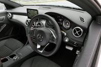 「CLA180シューティングブレーク スポーツ」のインテリア。ブラックの内装色に、ブラッシュドアルミニウムの装飾パネルが組み合わされている。