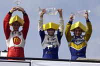 表彰台に立つトップ3。中央がウィナーのタグリアーニ、右が2位のロドルフォ・ラヴィン、左が3位のセバスチャン・ブーデ。