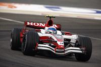スーパーアグリは、2台が完走しデータ集めに成功。テールエンダーながらアンソニー・デイヴィッドソンと佐藤琢磨はチームメイト同士で争い、アンソニーが前でゴール。(写真=Honda)