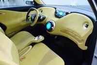 黄色い配色が目を引くインテリア。上部の液晶画面にはバッテリー残量やカーナビの情報が、下部のタッチスクリーンにはカーオーディオなどの情報が表示される。
