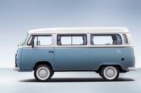 「フォルクスワーゲン・コンビ ラストエディション」は、レトロ風情を意識した水色と白の2トーン。タイヤもホワイトリボンである。1.4リッター水冷4気筒エンジンをリアに搭載し、最高速は130km/h。定員は9名。
