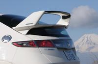 そそり立つリアウィングはFRP製。未塗装状態で11万3400円のオプションだ。