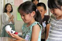 「キロボ ミニ」に話しかける生徒たち。キロボは人とのコミュニケーションによってさまざまな言葉を覚え、新しい会話ができるようになるという。