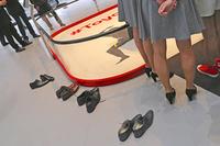 靴がいくつも置かれている。日本ブランドだけにお座敷設営か?