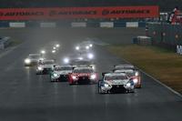 GT500クラスのスタートシーン。水煙が立ちのぼる中、各車1コーナーへと向かう。