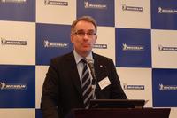 会の冒頭であいさつを述べる、日本ミシュランタイヤのドミニク・ペルティエ常務執行役員。「ミシュランは、リトレッドタイヤ業界でナンバーワン。よりいっそうの再生タイヤ普及と、さらなる環境負荷の低減を目指しています」。