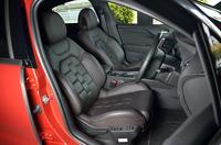 オプション「クラブレザーシート」を選択したテスト車の前席。表皮には上質なセミアニリンレザーが用いられている。