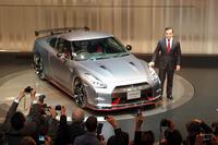 「日産GT-R NISMO」とカルロス・ゴーンCEO。