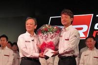 SUPER GT GT500クラスのドライバーを引退し、チーム・ルマンの監督に就任した脇阪寿一氏(右)と、脇阪氏に花束を贈るトヨタの伊勢清貴専務。