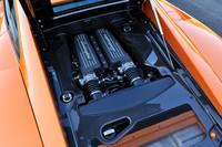 5.2リッターV10エンジンは、「ガヤルドLP570-4」の標準型より10ps高い570psを発揮。「eギア」と呼ばれる6段ATのほかに、6段MT仕様も用意される。