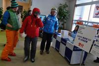 川場スキー場のセンターハウス「KAWABA CITY」内に開設された、雪上試乗会の受付スペース。ゲレンデに出ていく人が、気になる様子で看板に目をやる。
