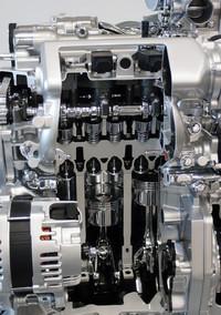 「HR12DDR」ユニットのカットモデル。熱効率を向上させつつ摩擦抵抗を低減したというピストンほか構成パーツが見える。