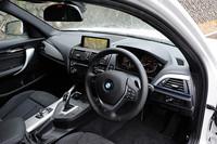 「BMW M135i」の室内。8.8インチモニターのiDriveナビゲーションパッケージ、HiFiスピーカーシステムなどが標準で装備される。