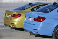 「M3セダン」(手前)と「M4クーペ」のリアビューを見比べる。M3ではトランクリッドの縁に別体の小型スポイラーが装着されるのに対し、M4ではトランクリッドとスポイラーが一体成型になっているのがわかる。テールランプのデザインも微妙に異なる。