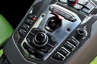 センターコンソールにずらりと並んだスイッチ群(機能はおおむねアウディのMMIに準じる)。その真ん中にある赤いカバーを跳ね上げると、エンジンスタート/ストップボタンが現れる。