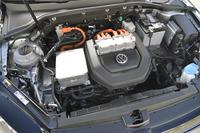 ボンネット下に収まるEEM85型モーターは85kW(115ps)と270Nm(27.5kgm)を発生。デフおよび1段ギアボックスとともに、ひとつのコンパクトなモジュールを形成している。
