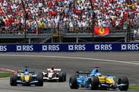 ルノーの2台は、フェラーリに歯が立たず。序盤はフェルナンド・アロンソ(写真手前)が3位を走行したが、今回はチームメイトのジャンカルロ・フィジケラ(後ろ)の方に勢いがあり、15周でポジションチェンジ。アロンソは5位フィニッシュと低調な結果に終わった。(写真=Renault)