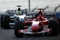 予選で最速タイムを叩き出したミハエル・シューマッハーのフェラーリ(手前)は、終始他を寄せ付けることなく、一度も首位を譲ることなく、圧勝した。スタートで兄に続いたラルフのウィリアムズBMW(奥)は、オープニングラップで1秒の差をつけられ、以後フェラーリをとらえることはできなかった。(写真=KLM Photographics J)