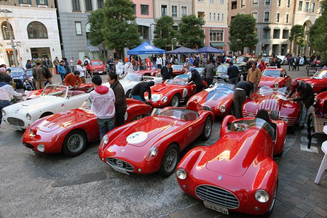 スタート地点である汐留イタリア街に集まった参加車両たち。生産国別に見ると、もっとも多いのは、これらのバルケッタ(小舟)と呼ばれる2座席オープンスポーツをはじめとするイタリア車で、参加82台のほぼ半数を占めた。