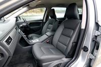 「レザーパッケージ」がオプション装備されたテスト車のインテリア。標準ではT-Tec/テキスタイルのシートとなる。