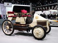 世界初のハイブリッドカー「ポルシェ Semper Vivus」の復刻版。