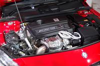 「A45 AMG 4MATIC」の2リッター直4ターボエンジンは、「A250シュポルト」の70%増しにあたる360psを発生。「Aクラス」ファミリーのみならずクラスで最強と声高にアピールされる。