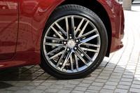 「クラウン ハイブリッド アスリート」のホイールサイズは標準で17インチ。テスト車は、スパッタリング塗装が施されたオプションの18インチ(写真)を履く。