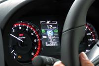 システムの状態はメーター内のマルチインフォメーションディスプレイでも確認が可能。写真はACCと操舵支援の双方が機能しており、操舵支援については車線ではなく、前走車の走行のみを参考に進路を算出していることを示す。