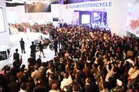 大勢の観客に囲まれた、「AUTO EXPO 2012」のマルチスズキ・ブース。現地での注目度の高さがうかがえる。