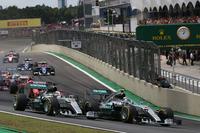 5戦連続となるポールポジションからスタートしたロズベルグ(写真先頭)が、予選2位のハミルトンを抑えトップでターン1に。(Photo=Mercedes)