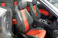 シートには、オープンドライブ時に首元を暖める「エアスカーフ」が備わるほか、直射日光を受けても表皮が極度に熱くならないよう加工が施されている。