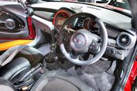 インテリアの様子。速度計や回転計はセンターコンソール部ではなく、ステアリングホイール奥に配される。