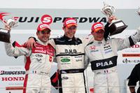 ポディウムに立つ3人の外国人ドライバー。写真左から、2位のブノワ・トレルイエ(mobilecast IMPUL)、初優勝に満面の笑みアンドレ・ロッテラー(DHG TOM'S)、そして3位のロイック・デュバル(PIAA NAKAJIMA)。