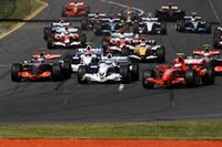 スタートシーン。予選1位ライコネン(手前右)、同2位アロンソ(左)の間に、白いBMWザウバーのニック・ハイドフェルドが割って入った。(写真=Ferrari)