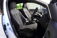 レカロ製のセミバケットシートが装備される「トラックエディション」に対し、「ストリートエディション」には乗降性にも配慮したスポーツシートが装備される。