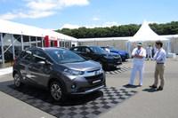 今回のイベントでは、地域ごとに投入されるドメスティックなモデルとグローバルモデルの双方を生かすという、ホンダの世界戦略についても語られた。写真は手前から、南米市場に投入される小型SUV「WR-V」と、中国向けの「アヴァンシア」、北米などで展開しているプレミアムブランド、アキュラの「MDX」。