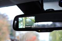 バックモニターの映像はカーナビのディスプレイだけでなく、ルームミラー内にも表示することができる。