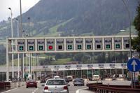 イタリアの料金所。どのレーンに行けばいいのか、結構迷う。