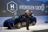 燃料電池車の「トヨタ・ミライ」と、米国トヨタ自動車販売(TMS)上級副社長のボブ・カーター氏。