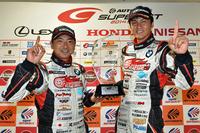 GT300クラスのタイトル獲得を喜ぶ、No.4 グッドスマイル 初音ミク Z4の片岡龍也(写真左)と谷口信輝(同右)。
