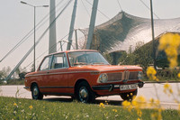 後の「3シリーズ」の祖先となるコンパクトな2ドアセダンで、1966年に1.6リッターエンジンを積んだ「1600-2」がデビュー。翌67年以降、高性能版の「1600TI」や2リッターエンジン搭載の「2002」などバリエーションを増やしていった。写真は「2002」。