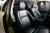 「バージョンL」には、本革シートが標準装備。内装色は、ブラックのほかアイボリーとウォーターホワイトが選べる。