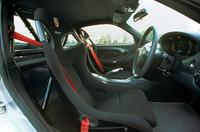 赤いシートベルトが目立つ「クラブスポーツ」のモデルの室内。ロールケージも標準装着される。
