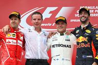 F1第9戦オーストリアGPを制したメルセデスのバルテリ・ボッタス(写真右から2番目)、2位に入ったフェラーリのセバスチャン・ベッテル(同左端)、3位に終わったレッドブルのダニエル・リカルド(同右端)。(Photo=Red Bull Racing)
