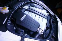 ボンネット下に収まる、6リッターW12ツインターボユニット。先代モデルの心臓をブラッシュアップしたもので、パワー、トルクともにアップしている。