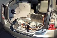荷室フロア下に搭載されるリチウムイオンバッテリーの容量は4.4kWh。従来型「プリウスPHV」のものと比べて、体積は57%減の87リッター、重量は80kg減の80kgと、大幅に軽量コンパクト化されている。