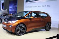 「BMW i3コンセプト」の3ドアクーペが登場。ドアの枚数だけでなく、デザイン処理がより現実的になっている点にも注目。