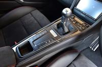 細身のセンターコンソールには、カップホルダーがひとつ。「ケイマンGTS」には、今回テストした6段MT車のほか、7段AT(PDK)車もラインナップされる。
